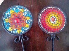 tutores en mosaico Mosaic Flower Pots, Suncatchers, Garden Art, Stained Glass, Decorative Plates, Flora, Ceramics, Home Decor, Google