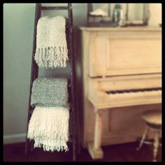 Ladder for blankets. So simple and cute! And it's vertical storage so not much floor space needed. Antique Ladder, Old Ladder, Painted Pianos, Painted Furniture, Furniture Design, Blanket Holder, Diy Blanket Ladder, Vertical Storage, Vintage Interiors