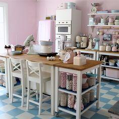 Cozinha; kitchen; banqueta branca; white chairs