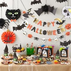 58 Creepy Decorations Ideas For A Frightening Halloween Party. If you're hosting a Halloween party, decorating your home in a spooky but fun way is essential for creating a creepy atmosphere. Halloween Mignon, Soirée Halloween, Adornos Halloween, Holidays Halloween, Halloween Design, Halloween Treats, Halloween Decorations For Kids, Halloween Party Decor, Happy Halloween Banner