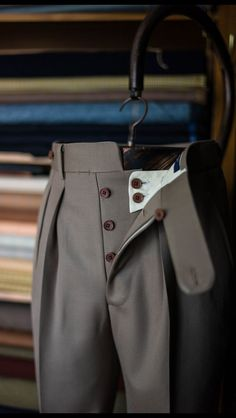 Pantalones con botones Button fly trousers with reverse pleats Men Trousers, Tailored Trousers, Slacks, Men's Pants, Bespoke Suit, Bespoke Tailoring, Altering Pants, Suit Fashion, Mens Fashion