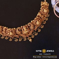 Add a smart touch to your look with this yellow gold short necklace adorned with kemp stones and hung pretty gold balls. Indian Gold Necklace Designs, Antique Jewellery Designs, Indian Jewelry Sets, Gold Bangles Design, Gold Jewellery Design, Gold Temple Jewellery, Gold Jewelry, Wedding Jewelry, Bridal Jewellery