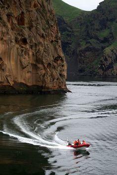 Boat in the Westman islands (Iceland) | Bateau aux iles Vestmann (Islande) | Barco en las islas Vestmann (Islandia)