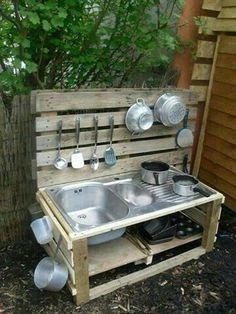 Pallet Outdoor Kitchen / Play kitchen / Mud Kitchen - Pallet Ideas and Easy Pallet Projects You Can Try Kids Outdoor Play, Outdoor Play Spaces, Outdoor Play Kitchen, Outdoor Kitchens, Outdoor Sinks, Outdoor Learning, Outdoor Fun, Simple Outdoor Kitchen, Outdoor Stove