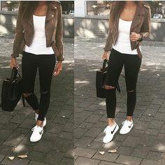 Casual y cómodo.  Jeans negros,blusa blanca,chaqueta café y tennis blanco