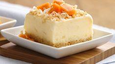 Essayez ce dessert faible en calories. Ajoutez du jus d'ananas, de la noix de coco et du rhum à de la crème glacée à teneur réduite en gras pour être transporté dans un paradis tropical.