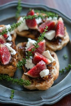 For Friday's Tapas Party Fig, goat cheese and caramelized onion bruschetta I Love Food, Good Food, Yummy Food, Yummy Yummy, Delish, Fingers Food, Cooking Recipes, Healthy Recipes, Fig Recipes