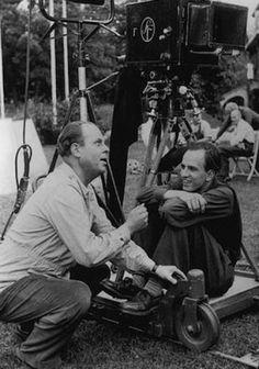 """Talentuosi, celebrati, sicuri di sé. I grandi registi si fanno riconoscere soprattutto per la personalità forte e decisa, per la disinvoltura e la determinazione con sui si muovono dietro la macchina da presa. Ma non è stato sempre così. Questa galleria fotografica, messa insieme dal sito Flavorwire , ci mostra la prima volta di venti registi famosi. Cominciamo da Ingmar Bergam, il film era """"Crisi"""", correva l'anno 1946"""
