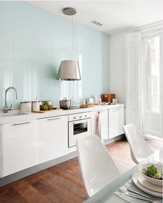 madrid kitchen with glass backsplash up to the ceiling