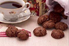 I biscottini speziati al cioccolato e mandorle sono per consistenza molto simili a degli amaretti morbidi e non contengono nè farina, nè burro.