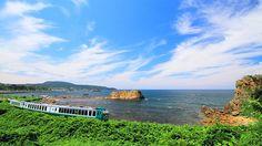 青森県〜秋田県 五能線 日本海の海岸沿いすれすれを走る、全国で人気の高いローカル列車。観光列車「リゾートしらかみ」では、津軽弁の語りべや三味線生演奏も楽しめる。