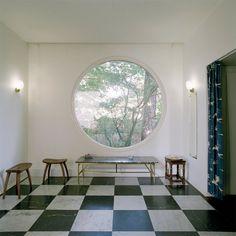 Villa Wehtje . Hallen med sina funkisdetaljer, som det runda fönstret och rutiga golv. Foto: Åke E:son Lindman.