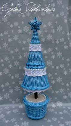 This tree is made of news paper rolls Paper Basket Weaving, Straw Weaving, Weaving Art, Paper Mache Crafts, Quilling Paper Craft, Cardboard Crafts, Christmas Tree In Basket, Xmas Tree, Newspaper Basket