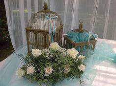 Particolare della composizione floreale : rose bianche e un tocco Tiffany