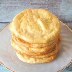 Brot ohne Kohlenhydrate und Gluten: Wir zeigen, wie man aus Frischkäse, Eiern und Backpulver Low Carb Fladenbrot, das sogenannte Cloud Bread,  backt.