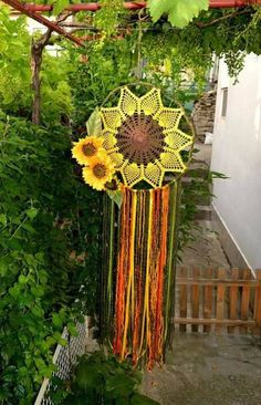 Extra Large Sunflower dream catcher Giant Crochet by GypsysSummer Doily Dream Catchers, Dream Catcher Craft, Dream Catcher Mobile, Dream Catcher Boho, Crochet Sunflower, Sunflower Pattern, Crochet Flowers, Dream Catcher Patterns, Crochet Home
