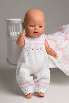 Buksedress - Viking of Norway Knitting Dolls Clothes, Crochet Baby Clothes, Doll Clothes Patterns, Baby Sweater Patterns, Baby Knitting Patterns, Baby Patterns, Knitted Girl Doll, Girl Dolls, Baby Dolls