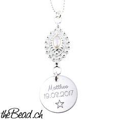 süsse Silberhalskette mit grossem Gravur Anhänger &  echter  Perle Dieser Silberschmuck besteht aus einer Silberkette (Länge wählbar), einer in Silber eingefassten echten Perle und einem Gravuranhänger, den wir mit Ihrer Wunschgravur gravieren. Die Gravur (einer Seite) ist im Gesamtpreis enthalten, die Gravur der zweiten Seite ist optional wählbar. Dog Tags, Dog Tag Necklace, Jewelry, Necklaces, Silver Jewellery, Pearls, The Last Song, Jewels, Schmuck