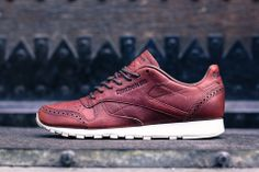 Another sweet re-up of Reebok's Classic Leather sneakers. The Classic Leather Lux features a Horween leather upper with brogue detailing, white midsole Women's Shoes, Me Too Shoes, Shoe Boots, Dress Shoes, Nike Shoes, Shoes Sneakers, Leather Brogues, Leather Sneakers, Nike Outfits