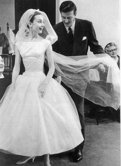 オードリー·ヘップバーンはユベール·ド·ジバンシィによって彼女のウェディングドレスの衣装のための&#8216に装着されている。おかしいフェース&#8217を1957 ;,