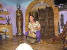 Juanma tocando el Djembe de pitera