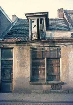 1974. Eerste Vijverstraat. Kunstenaar Johan van Tijn heeft hier tijdelijk een atelier gehad.