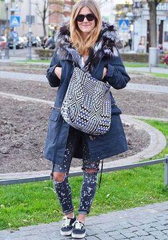 Zerrissene Jeans, eine gemusterte Tasche und ein Oversize-Parka sind der perfekte Street-Style für deine Sonnenbrille von rocco by Rodenstock. Foto von @kress.com auf Instagram.