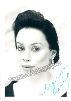 American mezzo-soprano (b. 1950), signed photo shown as herself. Size is 4 x 5.5 inches in excellent conditions.