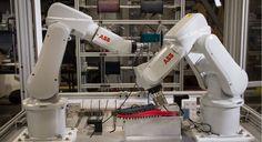 Na loja Uneekbot Factory, dois robôs fabricam sandálias sob demanda em seis minutos - Stylo Urbano #sapatos #sandálias #robôs #design #moda #tecnologia