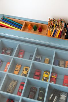 Tudo no quarto de 11 m2 do Rafael Judice, no Leblon, foi pensado para ele usar - nada de recursos apenas decorativos. O painel de legos segue a premissa.