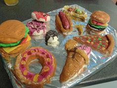 Eet figuurtjes maken thema: koken. Gemaakt van zoutdeeg = 3 koppen bloem, 1 kop zout, 1 1/4 warm water, 1 theelepel olie. Kun je zonder over, gewoon in de vensterbank laten drogen tot ze hard zijn. Daarna kun je ze verven. Restaurant Themes, Kids Play Kitchen, Cake Craft, Happy Foods, High Tea, Bon Appetit, Food Art, Just In Case, Bakery