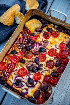 Detta är vansinnigt gott! Bakad fetaost med tomat, oliver, lök och oregano. Jag bakade min fetaost på grillen. Det blev ett fantastiskt gott tilltugg vid maten. Vi bröt en bit bröd och doppade det direkt i formen. Fetatosten var ljuvlig när den var varm. Man kan även baka osten i ugnen. Servera som en förrätt, ett gott tilltuggg vid maten eller som en varm sallad. 6 portioner 3 st block fetaost (150 g styck) 400 g coktailtomater 1 rödlök Ca 1,5 dl kalamataoliver 0,5 dl olivolja 1 msk torkad… Greek Recipes, Light Recipes, Raw Food Recipes, Veggie Recipes, Cooking Recipes, Healthy Recipes, A Food, Good Food, Food And Drink