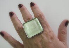 MAXI ANEL de vidro  incolor / branco perolado  Base metal n 20 -    3 x 3cm R$35,00