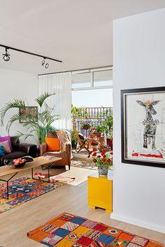 במסגרת השיפוץ הוסרו תריסי הגלילה והמרפסת הפכה לגינה פורחת שמשקיפה לנוף |  צילום: בועז לביא | סטיילינג לצילום: אירית כהן