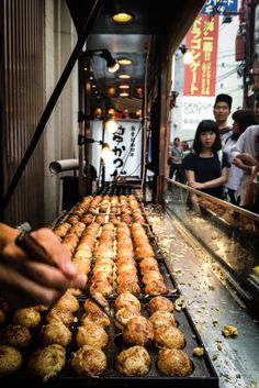 Takoyaki in Japan is simply the best! It's a must eat street food when you visit Japan. Asian Street Food, Japanese Street Food, Japanese Food, Takoyaki, Food Porn, Good Food, Yummy Food, World Recipes, International Recipes