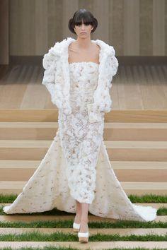 Pin for Later: Diese Couture-Hochzeitskleider lassen Herzen höher schlagen Chanel Haute Couture Frühjahr/Sommer 2016