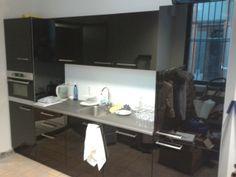 Strakke keuken in Helmond. Het ultieme hoogglans. zwart glazen fronten.