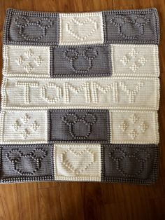 Mickey Mouse – Awesome Knitting Ideas and Newest Knitting Models Baby Mickey Mouse, Mickey Mouse Blanket, Crochet Mickey Mouse, Crochet Disney, Cross Stitch Baby Blanket, Bobble Stitch Crochet Blanket, Baby Blanket Crochet, Aran Knitting Patterns, Crochet Blanket Patterns