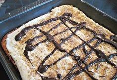 Jednoduchý koláč připravený z rozmixované plechovky ananasu, polohrubé mouky, cukru a dalších ingrediencí, ozdobený krémem z pomazánkového másla, čokoládou a nasekanými ořechy.