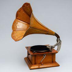 Torvigramofoni, NORNANS SYMASKINS VERKSTADS A.B, Göteborg, k 66 cm. Design