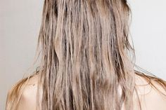 Having hair that feels greasy even after washing with shampoo is more common than you would think. Click inside to find out expert advice for fixing oily hair. Bump Hairstyles, Greasy Hair Hairstyles, Hair Care Oil, Diy Hair Care, Dark Curly Hair, Thin Hair, Blonde Hair, Natural Hair Growth, Natural Hair Styles