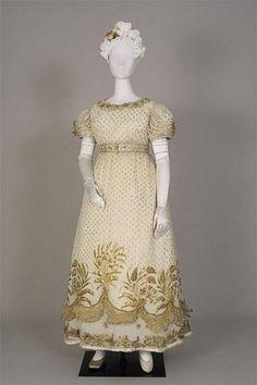 vermutlich 1820er, den goldenen Stickereien nach sicherlich ein hochoffizielles Ballkleid, Italien?