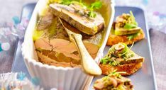 Foie gras aux poires caramélisées, condiment à la noisetteLire la recette du foie gras aux poires caramélisées, condiment à la noisette Sandwiches, Tacos, Ethnic Recipes, Food, Invitations, Key Lime, Pears, Essen, Meals