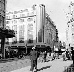 Una fotografía de 1942 que nos permite caminar por la esquina de 20 de Noviembre y Venustiano Carranza. Destaca el edificio de Liverpool, obra del arquitecto Enrique de la Mora, que había sido inaugurado seis años antes; también se distinguen el del Palacio de Hierro y el que hoy ocupa Telas Junco.