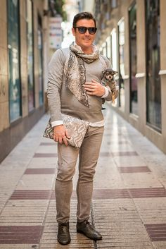 Me llamo Manuel Calero Osorno y soy de Huelva. Estoy viviendo en Málaga desde hace 8 años. La moda es mi pasión. Considero que la moda es un arte, la moda debe ser diversión. Tengo un blog donde hablo de la moda Martina Ortográfica es la moda vista desde los ojos de un perro. Llevo también una sesión sobre moda en la Radio Nacional Ponte-Chueca que se llama 'El armario que habito' por Manuel Calero.