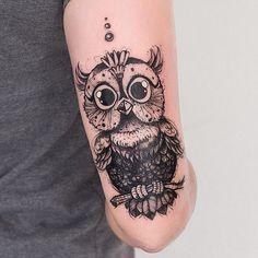 Corujinha ilustrada no braço da Bruna. ❤️ É sempre bacana poder criar personagens e poder tatua-los! Obrigado @brustefanni #coruja #tattoofeminina #tattooart #tattoocoruja