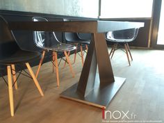 Table piétement Inox et plateau Acier traité Dryskin, un procédé Inox.fr pour une protection maximum de la surface, tout en gardant l'esthétique de la matière. Ce traitement protège contre la corrosion et les rayures.