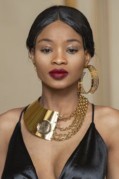 Feb 2020 - Flying Solo at Paris Fashion Week Fall 2020 - Details Runway Photos Trendy Jewelry, Jewelry Trends, Women Jewelry, Fashion Jewelry, Fashion 2020, Paris Fashion, Runway Makeup, Bridal Crown, Gorgeous Makeup