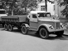 Наших» автолюбителей сложно чем-то удивить, но фотографии некоторых моделей из Ульяновска вызывают неподдельный интерес. В 1959 году увидел свет седельный тягач УАЗ-456, созданный на базе ГАЗ-69. Несмотря на отличную маневренность, опытный двухосный автопоезд грузоподъемностью 2 тонны так и не пошел в серию.   Седельный тягач УАЗ-456, 1959 год.