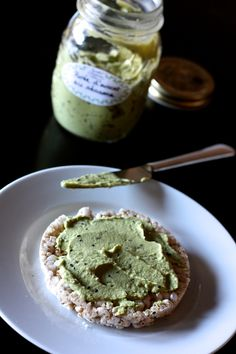 This mashed avocado tahini is fast to achieve, a real delight and especially very versatile! As good as a sauce with pasta spread on a rice cake, a slice of bread, or even as a dip with sticks of raw vegetables … For 4 people: 1 gro Source Tahini, Yogi Food, Plat Vegan, Vegetarian Recipes, Vegan Vegetarian, Mashed Avocado, No Salt Recipes, Rice Cakes, Greens Recipe
